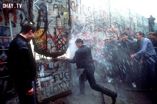 Phá bỏ bức tường Berlin năm 1989.,bức ảnh lịch sử,khoảnh khắc lịch sử