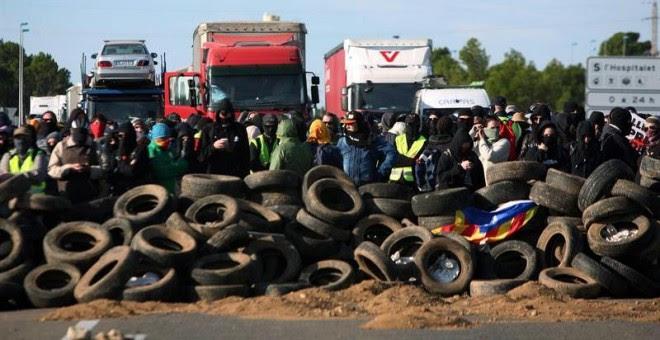 Miembros de los CDR han cortado el acceso desde la autopista AP-7 al CIM Vallès en Santa Perpètua de Mogoda (Barcelona), un importante centro logístico. - EFE