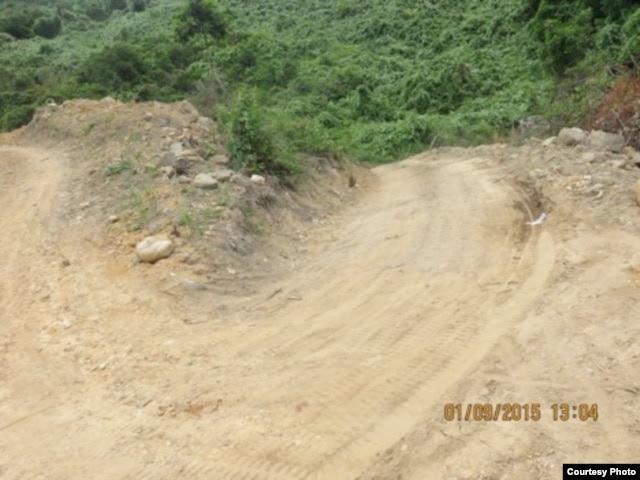 Đường dẫn xuống Bãi Chuối đang trong quá trình thi công
