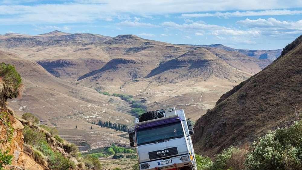 Mit ihrem umgebauten Reisemobil geht es auf steilen Pisten durch die Drakensberge in Südafrika.