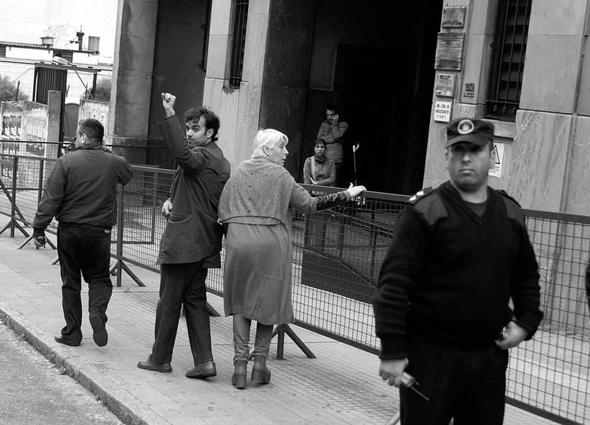 Marcelo Hospitale, dirigente de la Federación de Estudiantes Universitarios del Uruguay, ingresa, el lunes, al juzgado de Bartolomé Mitre. Foto: Pablo Vignali