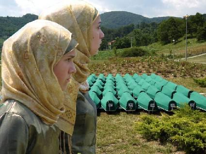Due donne davanti alle bare delle vittime di Srebrenica. Foto: archivio GfbV.
