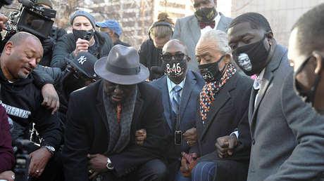La familia de George Floyd se arrodilla frente al tribunal que juzga su muerte a manos de un policía