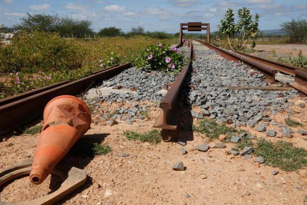 Resultado de imagem para abandono das ferrovias do nordeste fotos
