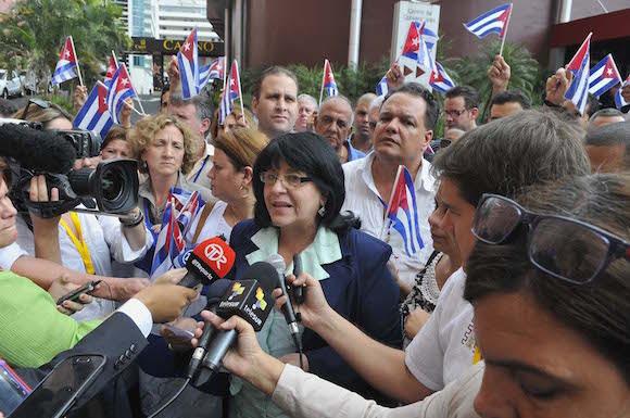 La delegación cubana a los Foros, dio a conocer la declaración final de la delegación cubana en la voz de Rosa María Pérez Gutiérrez, presidente de la Asociación de Comunicadores de Cuba. Foto: Juvenal Balán/ Cubadebate