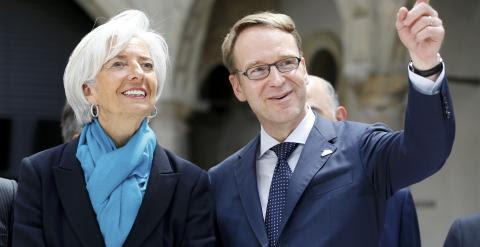 La directora gerente del FMI, Christine Lagarde, con el presidente del Bundesbank, Jens Weidmann, antes de posar para la foto de familia de la reunión de ministros de Finanzas y gobernadores de bancos centrales del G-7. REUTERS/Fabrizio Bensch