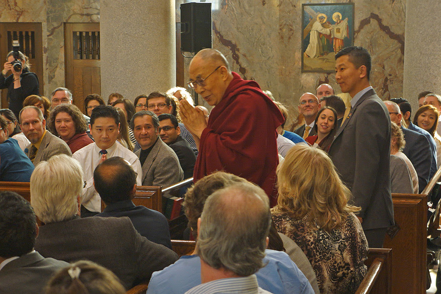 His Holiness the Dalai Lama greeting members of the audience as he arrives at the chapel of the Mayo Clinic in Rochester, Minnesota, USA on February 29, 2016. Photo/Jeremy Russell/OHHDL