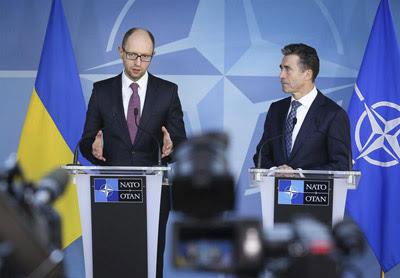 El primer ministro interino de Ucrania, Arseni Yatsenyuk (izquierda), junto al secretario general de la OTAN, Anders Fogh Rasmussen.