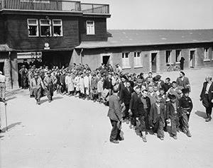 Освобожденные дети Бухенвальда  выходят из ворот лагеря