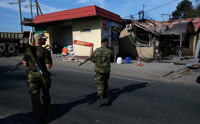 Dos milicianos prorrusos patrullan un pueblo cercano a Slaviansk.