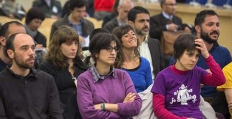 Ciro Morales, el primero por la derecha, con barba y camiseta azul, durante el juicio, el año pasado./ EFE