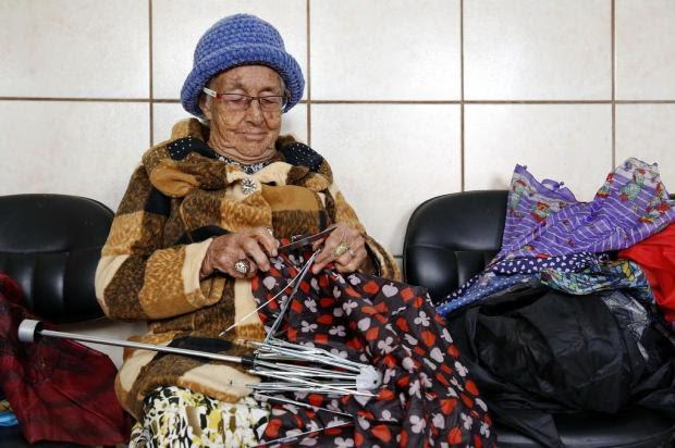 Exemplo na Capital: grupo de mulheres cria produtos com sombrinhas velhas Mateus Bruxel/Agencia RBS