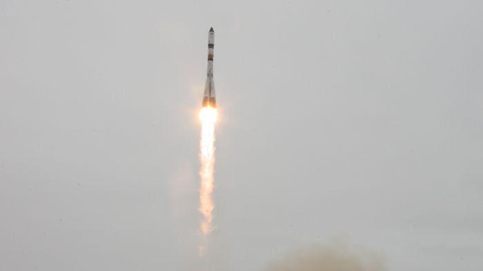 Le vaisseau-cargo Progress décolle grâce au lanceur Soyouz.