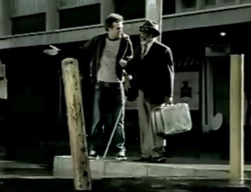 Carl Beukes (esquerda) é o motorista que auxilia Moshoeshoe Chabeli (direita), o cego à procura de seu filho