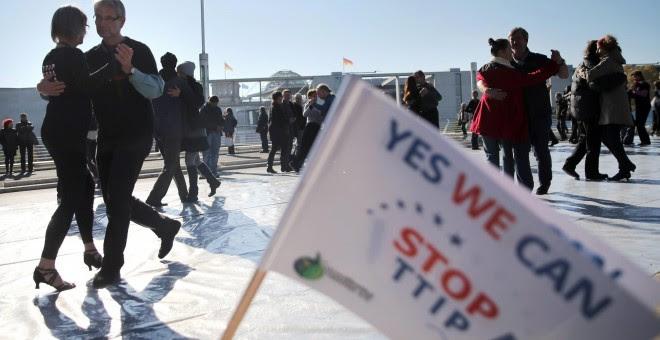 Varias parejas bailan el 'Tango contra el TTIP' en el curso de la manifestación en Berlín contra el acuerdo comercial que negocia la UE con EEUU. EFE/EPA/KAY NIETFELD