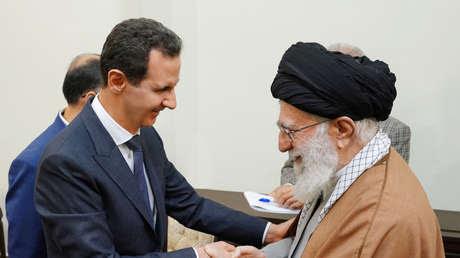 El presidente de Siria, Bashar al Assad, con el líder supremo de Irán, el ayatolá Alí Jamenéi, en Teherán, el 25 de febrero de 2019.