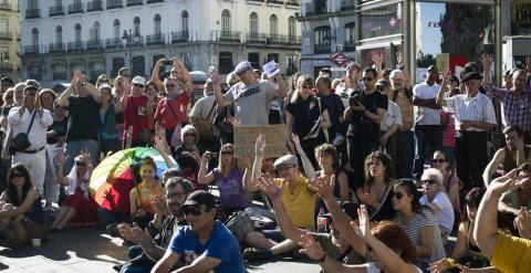 Más de un centenar de personas permanecen concentradas en la madrileña Puerta del Sol para celebrar el cuarto aniversario del movimiento 15M . EFE/Luca Piergiovanni