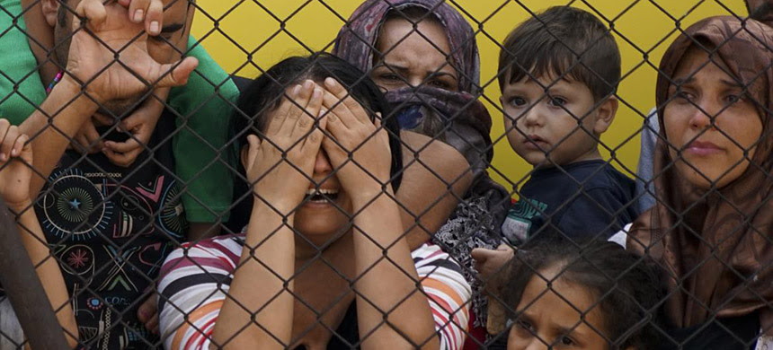 Syrian women and children refugees at Budapest railway station. (photo: Wikipedia)
