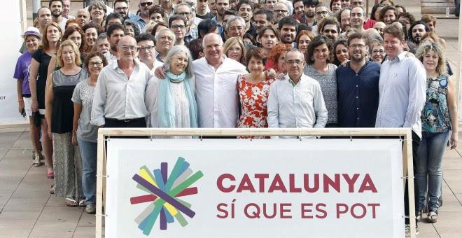 El cabeza de lista de Barcelona para las elecciones del 27S, Lluís Rabell, posan con el resto de candidatos de Catalunya Sí Que Es Pot. EFE