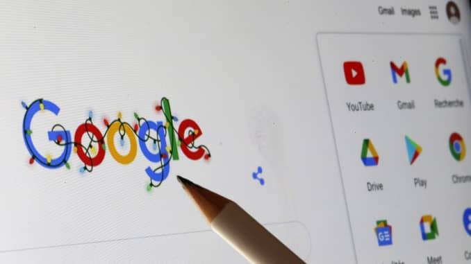 Os logotipos do Google e vários de seus aplicativos são exibidos na tela do computador.