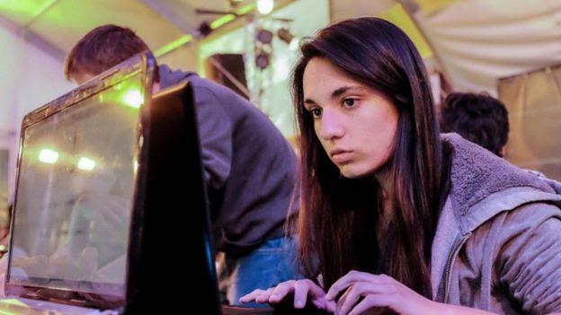 Garota operando computador