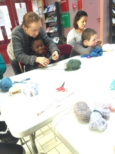 Des garçons qui tricotent