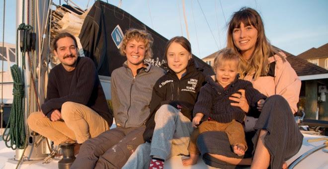 La activista Greta Thunberg posa junto a la familia australiana con la que zarpará a España. REUTERS