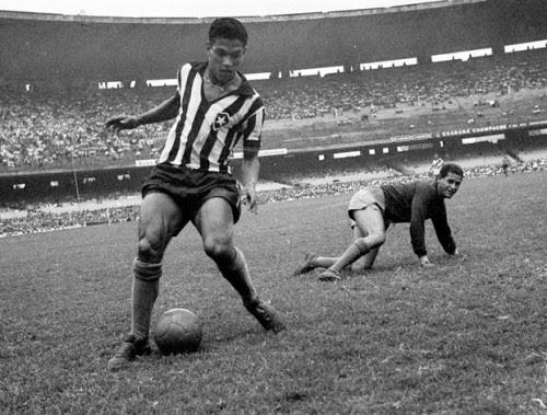 A distrofia física de Garrincha o diferenciava não só dos demais garotos, mas também fez com o que o futuro jogador criasse um dom com a perna direita