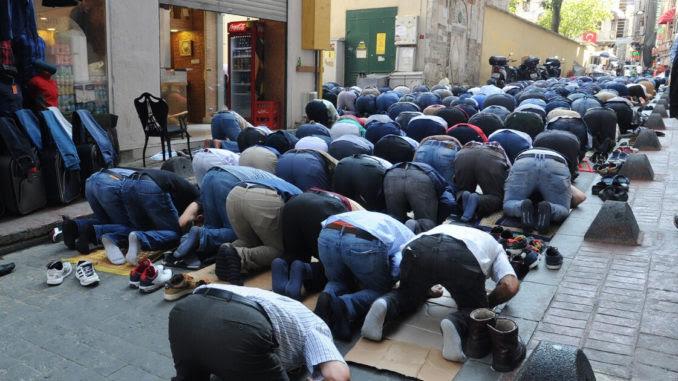 Police find prayer rugs at U.S. border