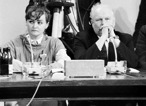 Zar&#243wno podczas obrad plenarnych Okrągłego Stołu, jak i przed kamerami państwowej telewizji wszyscy członkowie strony społecznej występowali ze znaczkami