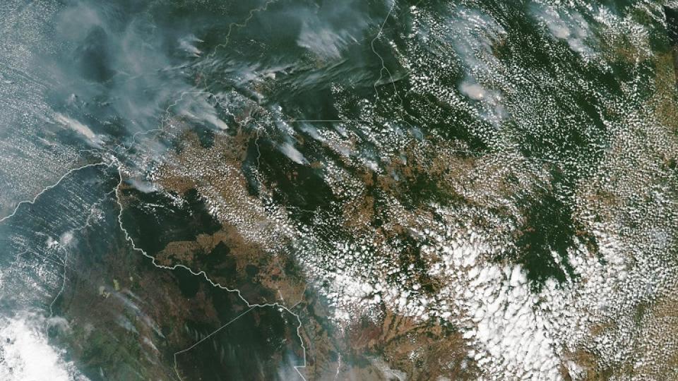 Una imagen satelital de los incendios en la Amazonia.
