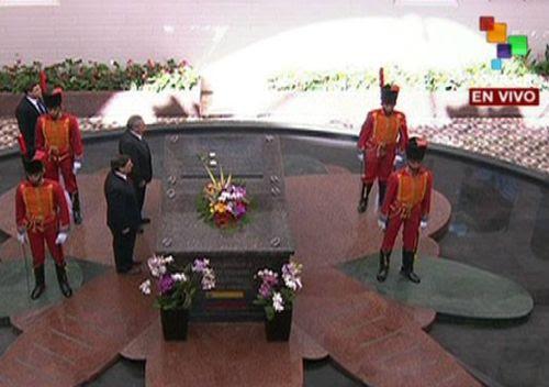 Raúl Castro rinde tributo a Chávez en el Cuartel de la Montaña, el 5 de marzo de 2014. Foto: Telesur