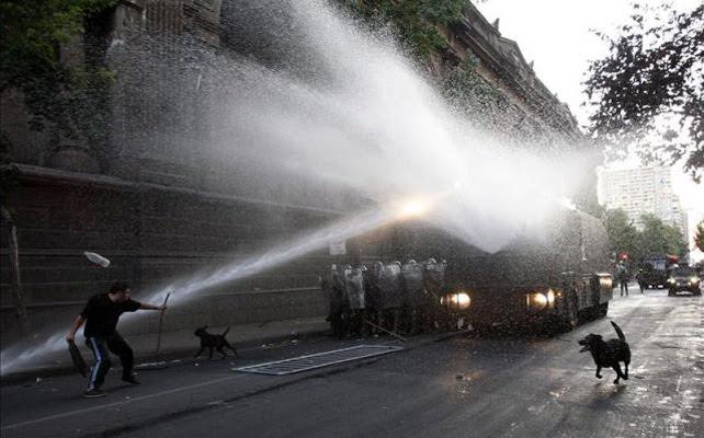 La Policía chilena dispersa a manifestantes con un camión con cañón de agua.