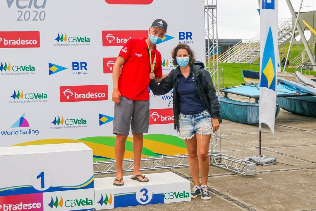 Lucas Zorzi no pódio da classe Laser Radial da Copa Brasil de Vela.