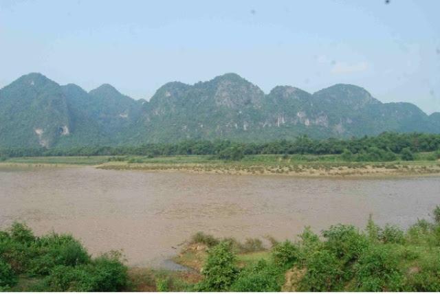 Dẫy núi bên kia sông đối diện với cổng trại Thanh Cẩm