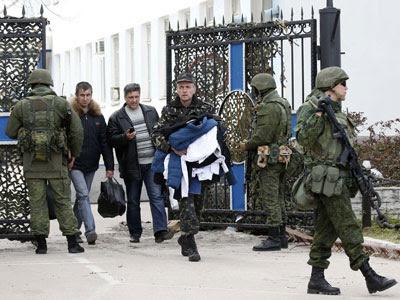 Militares ucranianos abandonan el cuartel general de la Armada en Crimea, tomado por las fuerzas rusas. REUTERS