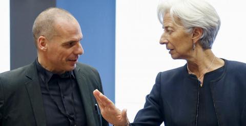 El ministro de Finanzas griego, Yanin Varoufakis, saluda a la directora gerente del FMI, Christine Lagarde, al comienzo de la reunión del Eurogrupo. REUTERS/Francois Lenoir