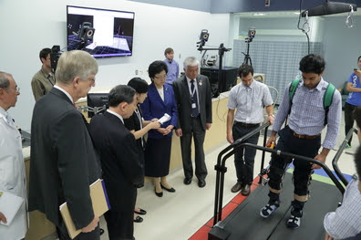 Experts at the NIH Clinical Center provide a demonstration to Lin Bin