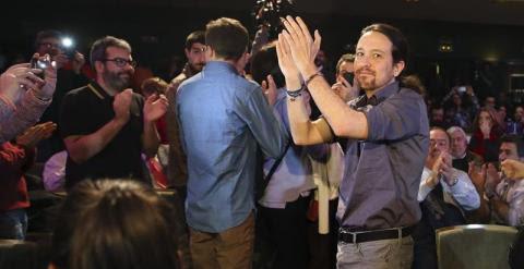 """El secretario general de Podemos, Pablo Iglesias (d), en """"El otro estado de la nación"""", en contraposición con el debate sobre el estado de la nación celebrado hoy en el Congreso de los Diputados, un acto realizado por el partido esta tarde en el Círculo d"""