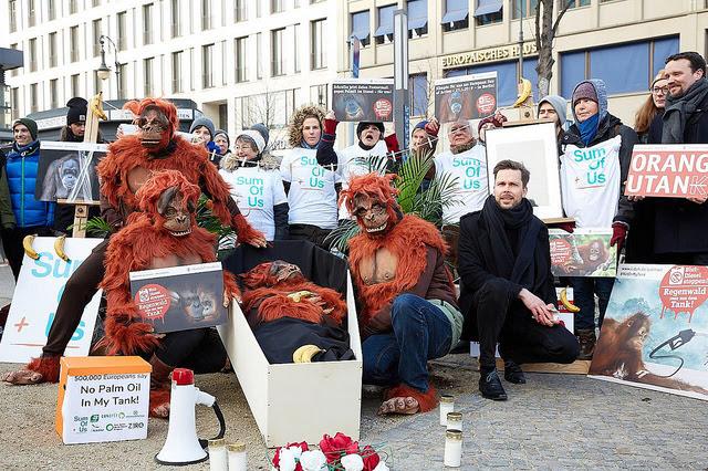 Membres de SumOfUs manifestant à Berlin contre l'huile de palme dans les biocarburants
