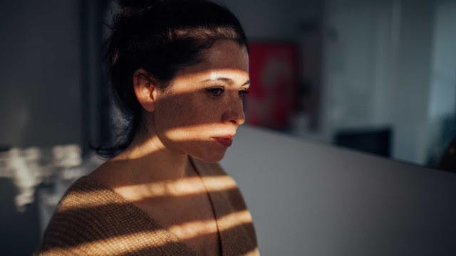 Pessoas que acordam cedo podem ter menor risco de depressão, diz estudo
