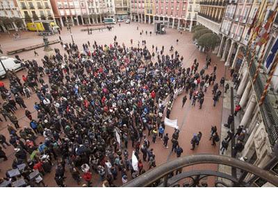 Concentración de vecinos ante el Ayuntamiento de Burgos. EFE