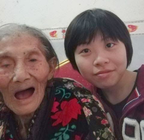 Mo Renjiao with her grandmother in 2016