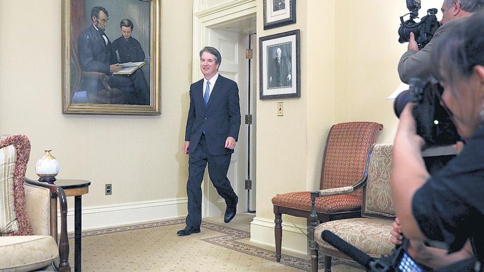 Kavanaugh ingresa a la oficina de McConnell en el Senado para recibir apoyo de los republicanos.