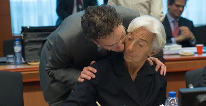 El presidente del Eurogrupo, Jeroen Dijsselbloem, besa a la directora gerente del FMI, Christine Lagarde, al comienzo de la reunion de ministros de Finanzas de la Eurozona. REUTERS/Philippe Wojazer
