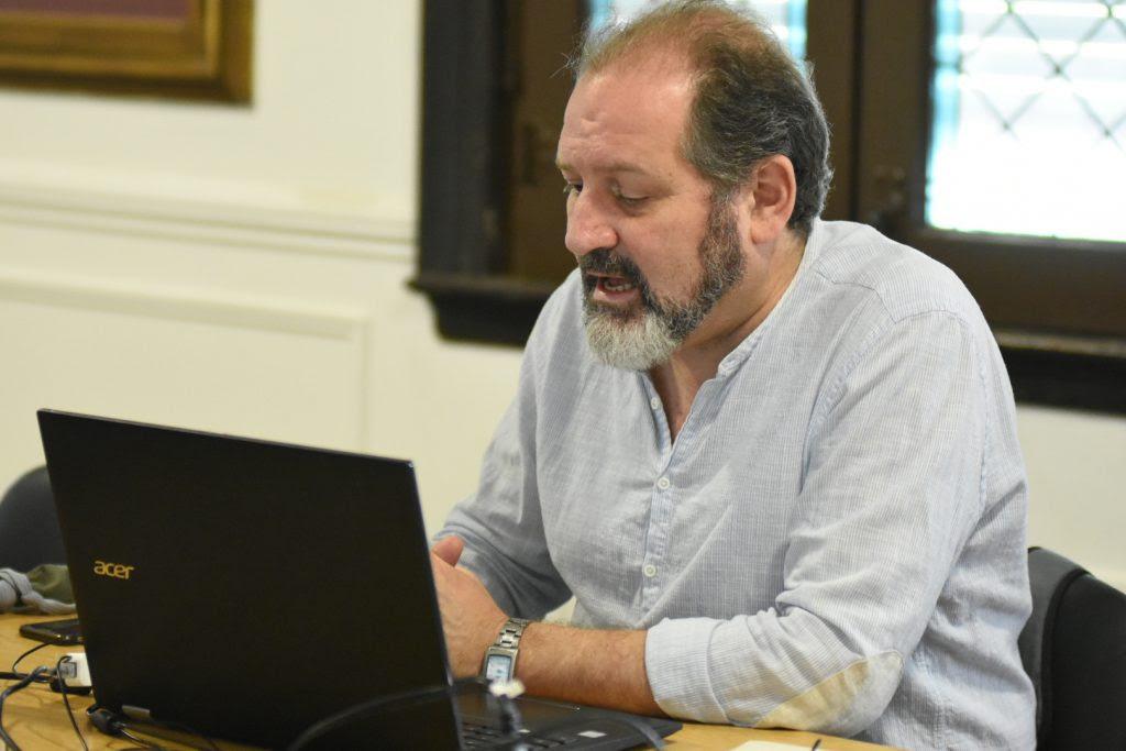 El concejal Carlos Cardozo preside la reunión semipresencial a través de su computadora, desde el anexo Alfredo Palacios