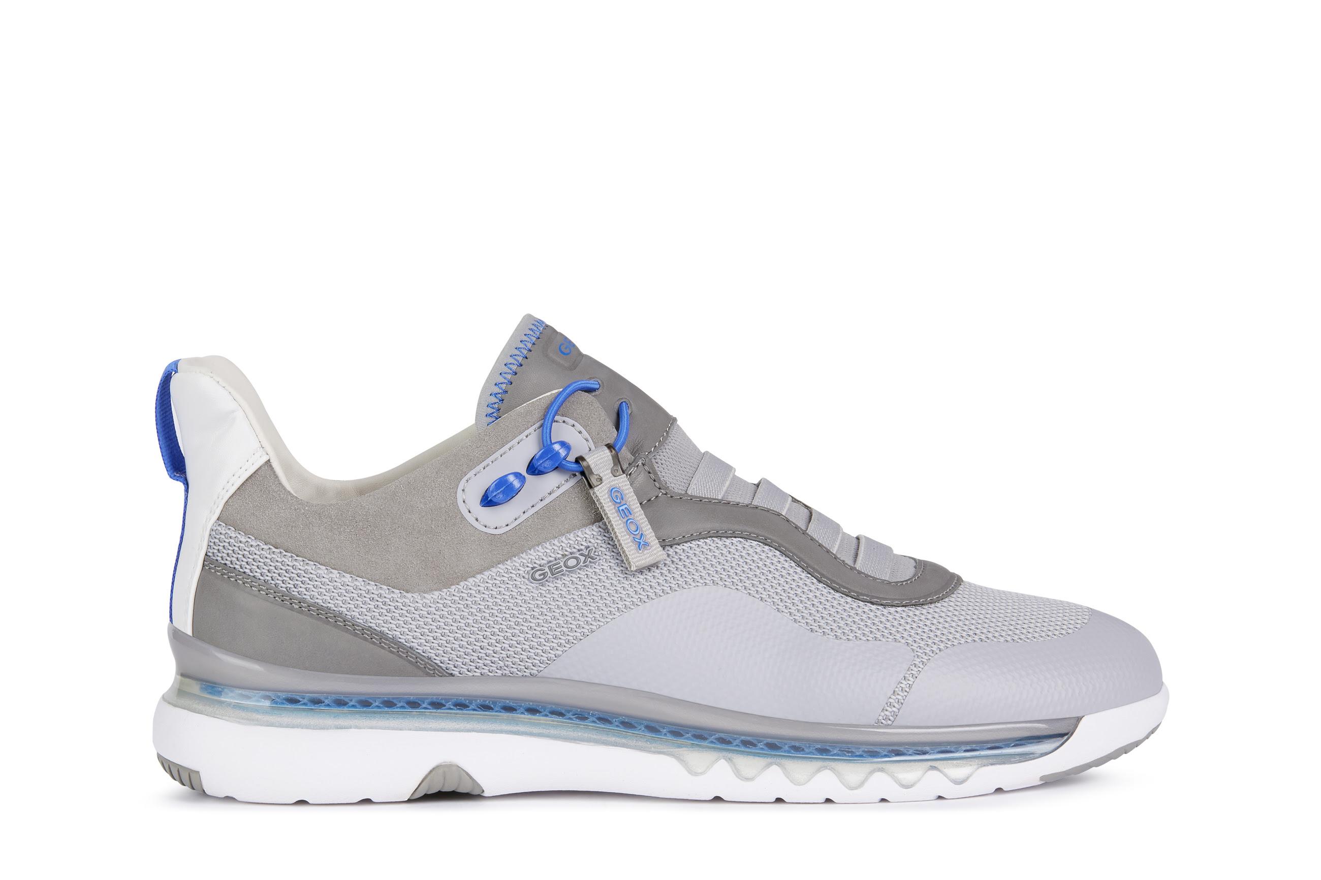 4b0cc792 6700 4a4d af07 253d4fc06fb3 - Kaia Gerber tiene la selección de prendas y calzado perfectos para hacer deporte en casa