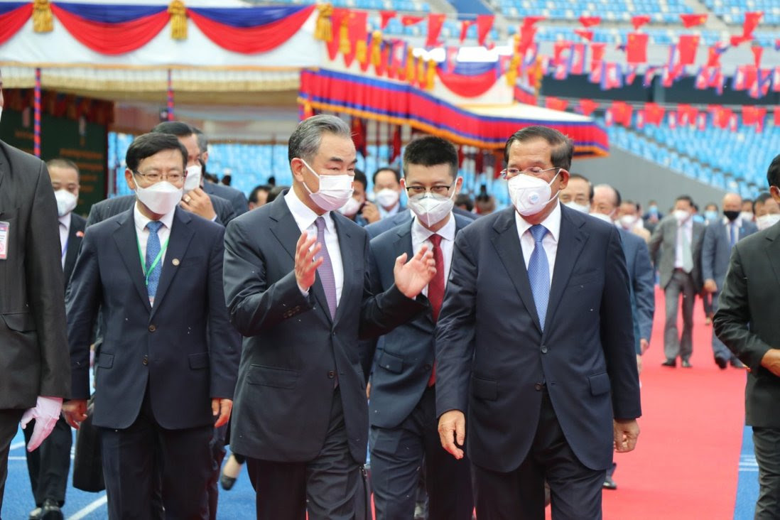 Cambodian Prime Minister Samdech Techo Hun Sen, right, and visiting Chinese State Councillor and Foreign Minister Wang Yi, second from left. Photo: Xinhua
