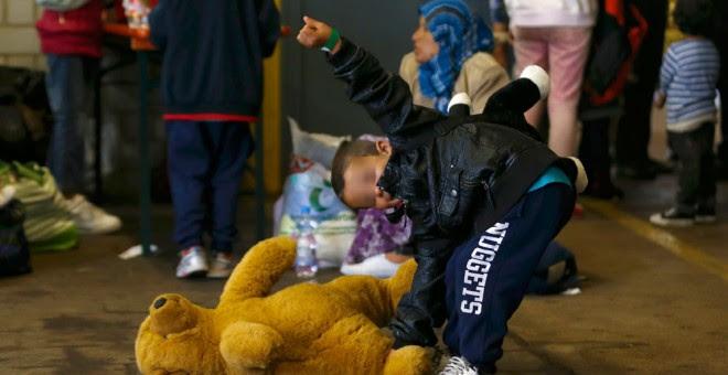 Un niño sonríe, a su llegada al punto de registro de los refugiados recién llegados.- MICHAEL DALDER (REUTERS)