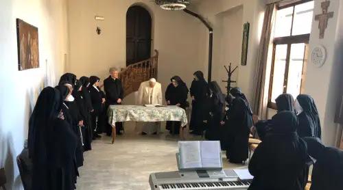 Papa Francisco visita por sorpresa este monasterio de clausura